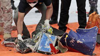 Accident d'avion en Indonésie : des débris de l'appareil retrouvés en mer