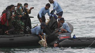 Endonezya'da düşen yolcu uçağına ait olduğu düşünülen parçalar denizden çıkarıldı