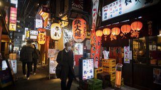 Tokió egy éttermekkel zsúfolt, de jelenleg vendégek nélküli utcája 2020. január 7-én