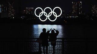 Japonya'nın başkenti Tokyo'da Olimpiyat Oyunları amblemi