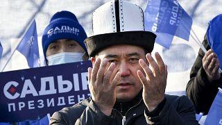 Садыр Жапаров на митинг в Бишкеке 8 января.