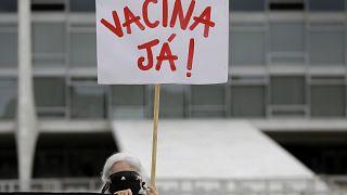"""""""Вакцину прямо сейчас!"""" - гласит надпись на плакате одной из манифестанток"""