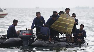 Retomadas buscas pelas caixas negras do Boeing indonésio