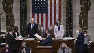 النواب الديموقراطيون يقدمون مشروع قرار يطالب نائب الرئيس الأمريكي مايك بنس بتنحية دونالد ترامب