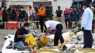 مفتشو لجنة وكالة سلامة النقل الجوي الوطنية الإندونيسية بطلعون على أجزاء من حطام طائرة سقطت قبالة ساحل جاكارتا. 2021/01/11