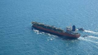 ناقلة النفط التي ترفع علم كوريا الجنوبية وترافقها البحرية الإيرانية التابعة للحرس الثوري