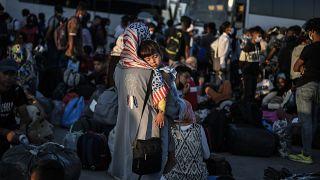لاجئون في ميناء لافريو، 70 كيلومتراً جنوب شرق أثينا، قبل نقلهم إلى مخيمات في اليونان