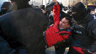 Полиция задерживает протестующих в Алматы.