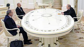 Egy asztalhoz ült az azeri és az örmény vezető, de kezet nem fogtak egymással