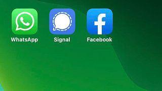 سه اپلیکیش واتساپ، سگنال و فیسبوک
