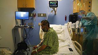 Covid-19-Patient bei der Physiotherapie im St. Joseph Krankenhaus in Orange, Kalifornien, 7.1.2021
