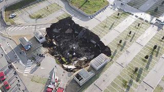 Una vista del gran hundimiento que se abrió en el estacionamiento del hospital Ospedale del Mare en Nápoles, Italia, el viernes 8 de enero de 2021.