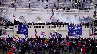Des manifestants violents, fidèles au président Donald Trump, prennent d'assaut le Capitole, le mercredi 6 janvier 2021, à Washington DC.