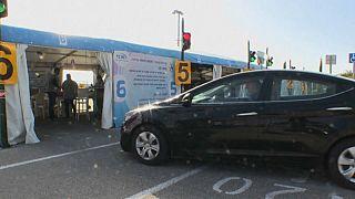 شاهد: إسرائيليون في حيفا يتلقون لقاح كوفيد-19 في سياراتهم