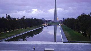 ABD'nin başkentinde KOngre binası önündeki Washington Anıtı