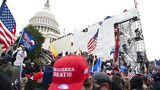 6 Ocak 2021, Trump taraftarları başkent Washington'daki Kongre binasına girmeye çalışırken.