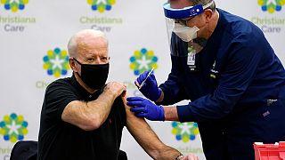 بايدن أثناء تلقي الجرعة الثانية من اللقاح