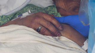 Una enfermera da la mano a una enferma en el hospital St.Joseph, Orange, California