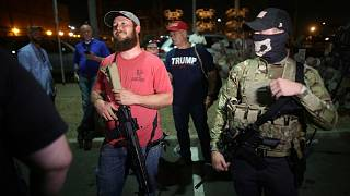 شماری از هوادارن دونالد ترامپ، پس از پایان رأیگیری انتخابات ۲۰۲۰ در شهر فونیکس