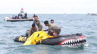Endonezya'da düşen yolcu uçağının karakutusu denizden çıkarıldı