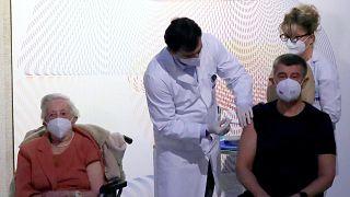 Andrej Babiš cseh miniszterelnök megkapja a koronavírus elleni oltást 2020. december 27-én