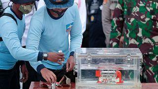 غواصان یکی از جعبههای سیاه هواپیمای بوئینگی که در آبهای اندونزی سقوط کرده بود را پیدا کردند