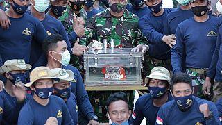 شاهد:  العثور على أحد الصندوقين الأسودين للطائرة الإندونيسية المنكوبة