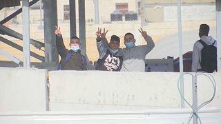 فتية فلسطينيون على حاجز قلنديا بالضفة الغربية. 12.01.21