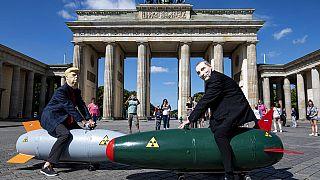 Almanya'da Rusya ve ABD'nin sahip olduğu nükleer silahlarla ilgili yapılan eylemden bir kare.