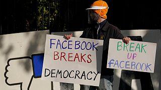 لافتة ضد سياسات فيسبوك