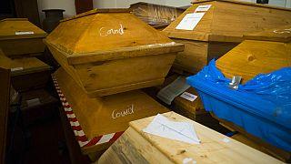 Särge von Corona-Toten im Krematorium in Meißen in Sachsen