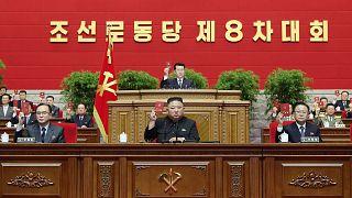 الزعيم الكوري الشمالي كيم جونغ أون (وسط) ومسؤولين آخرين خلال اليوم الأخير من المؤتمر الثامن لحزب العمال الكوري، 12 يناير 2021