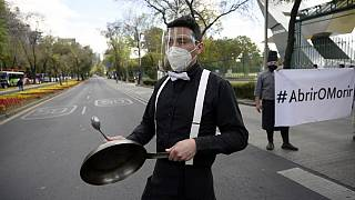 شاهد: عمال المطاعم في مكسيكو سيتي يحتجون بالقدور والمقالي على القيود المفروضة جراء كوفيد-19