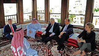 وزير الخارجية السعودي عادل الجبير يجلس مع بوريس جونسون حين كان وزيرا للخارجية، في بيت نصيف في الحي التاريخي في جدة، 25 يناير 2018