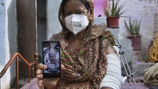 إليزابيث لال، من الأقلية المسيحية في باكستان، تم مهاجمتها وقتل زوج ابنتها نديم جوردون من قبل مسلحين في بيشاور، باكستان.