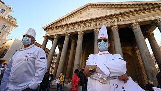 İtalya'da binlerce restoran sahibi, Covid-19 önlemlerine karşı sivil itaatsizlik hareketi başlatarak cuma günü kepenk açmaya hazırlanıyor.