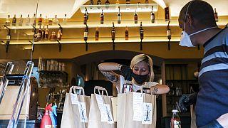 Os restaurantes só podem vender comida para fora em grande parte dos países afetados pela Covid-19