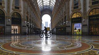 Доставщик еды в пустом торговом центре в Милане 6 ноября 2020