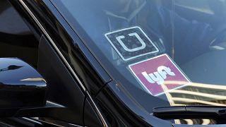 Kaliforniya'da Uber ve Lyft ile taksi hizmeti veren bir araç