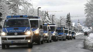 عناصر من قوات الشرطة الألمانية لمراقبة الالتزام بالحجر الصحي في وينتربرغ، غرب ألمانيا.