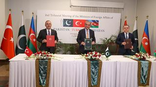 Dışişleri Bakanı Mevlüt Çavuşoğlu, Pakistan Dışişleri Bakanı Şah Mahmud Kureyşi (ortada) ve Azerbaycan Dışişleri Bakanı Ceyhun Bayramov