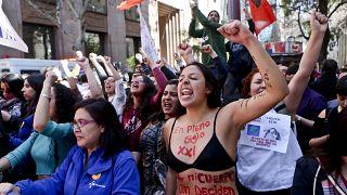 """""""En pleno siglo XXI por mi cuerpo aún deciden otros"""", se lee en el cuerpo de la manifestante de la protesta feminista en Santiago. (Foto de archivo)."""