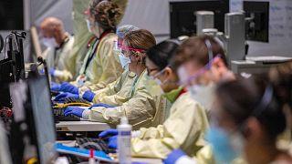 يقوم الطاقم الطبي بمراقبة وعلاج المرضى المصابين بفيروس كورونا المستجد في مستشفى ميداني في وورسيستر، ماساتشوستس، الولايات المتحدة، 13  يناير 2021