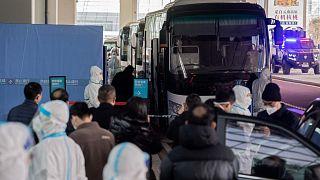 أعضاء فريق منظمة الصحة العالمية الذين يحققون في أصول جائحة كوفيد-19 يصلون إلى مدينة ووهان، الصين، 14 يناير 2021