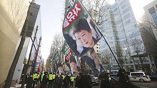 Pak Kunhje támogatói a szöuli Legfelsőbb Bíróság épületénél követelik a volt elnök elengedését.
