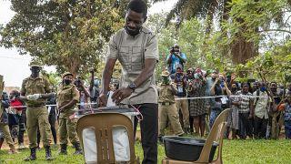شاهد: الأوغنديون يُصوّتون في اقتراع رئاسي متوتر وسط إجراءات أمنية مشددة