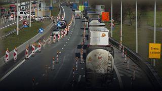 رجال أمن يفحصون مركبات عند الحدود البلجيكية-الهولندية، 6 أبريل 2020