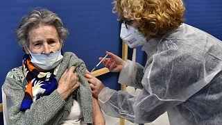 Une infermière injectant une donne de vaccin dans un centre de vaccinantion de Quimper, en France, le 20 janvier 2021