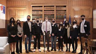 Ο πρωθυπουργός Κυριάκος Μητσοτάκης στο Μέγαρο Μαξίμου με τους βραβευθέντες μαθητές στη Ολυμπιάδα Ρομποτικής