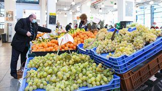 A Debreceni Nagypiac vásárcsarnoka - a zöldségek és gyümölcsök különösen sokat drágultak